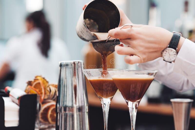 Barmixer macht ein Cocktail lizenzfreie stockbilder
