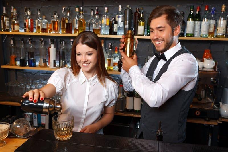 Barmixer und eine Kellnerin in der Stange lizenzfreie stockfotos