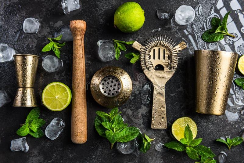 Barmixer- und Kellnerwerkzeuge für die Herstellung von Cocktails und von Getränken lizenzfreie stockfotografie