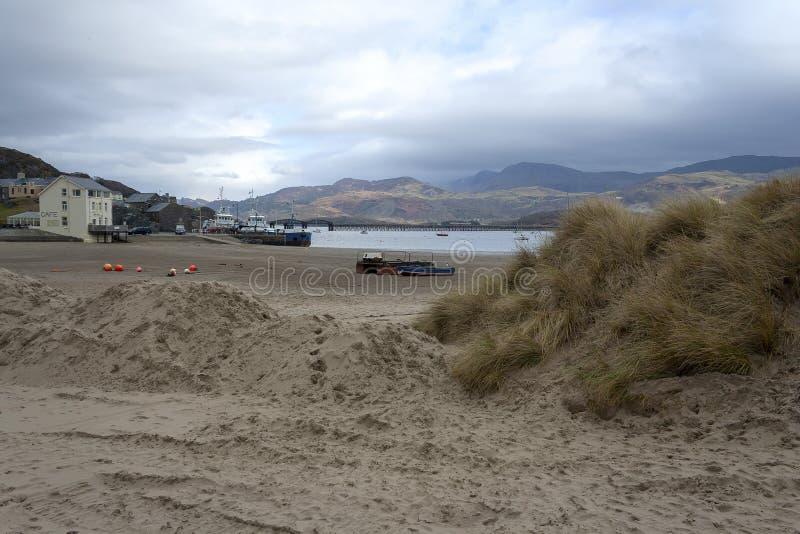 Barmouth-Strand an einem bewölkten Winter-Tag stockfotos