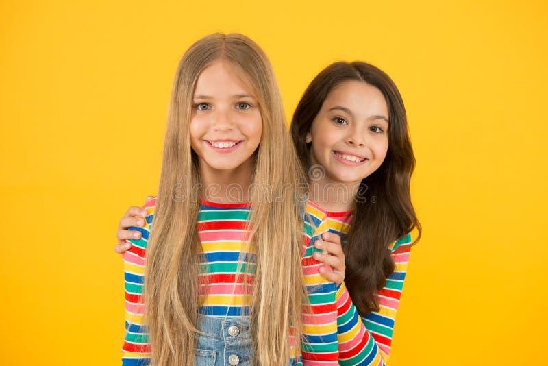 Barn är framtiden Glade barn med lång hårgul bakgrund Små barn i tillfällig stil liten arkivbilder