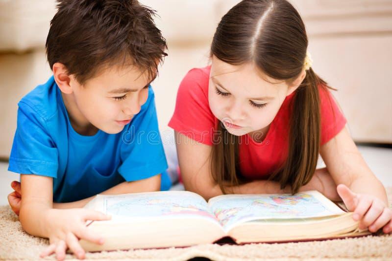 Barn är läseboken royaltyfri bild