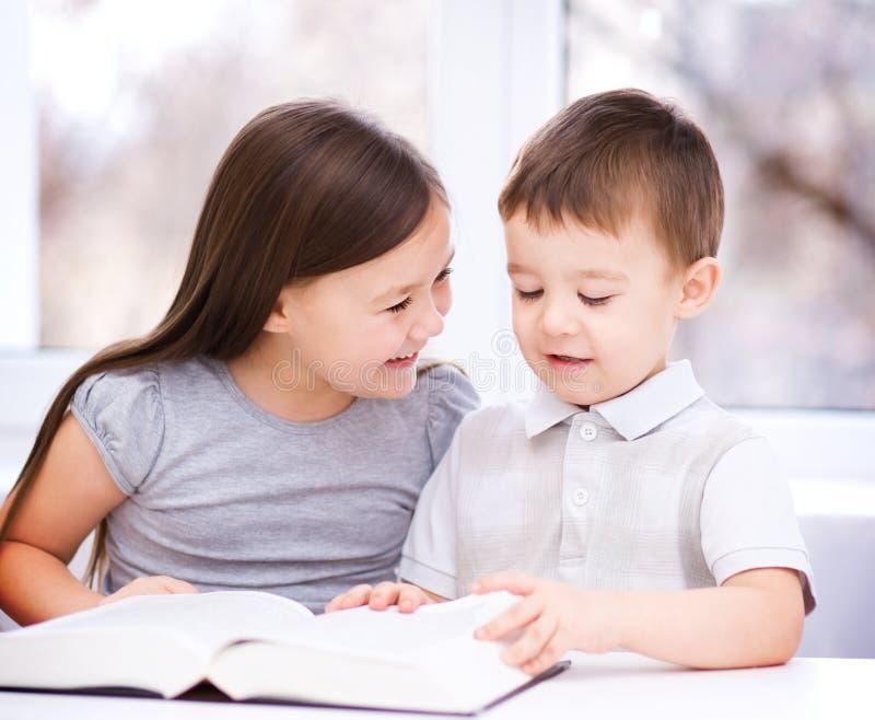 Barn är läseboken arkivfoto