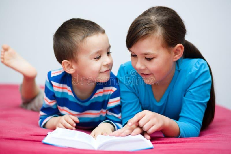Barn är läseboken royaltyfria foton