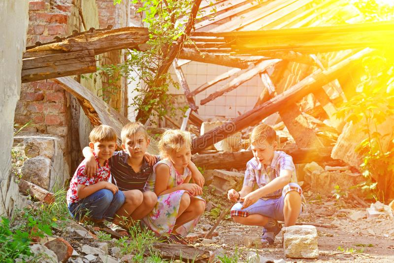 Barn är nära det förstörda huset, begreppet av naturkatastrofen, brand och förödelse arkivfoton
