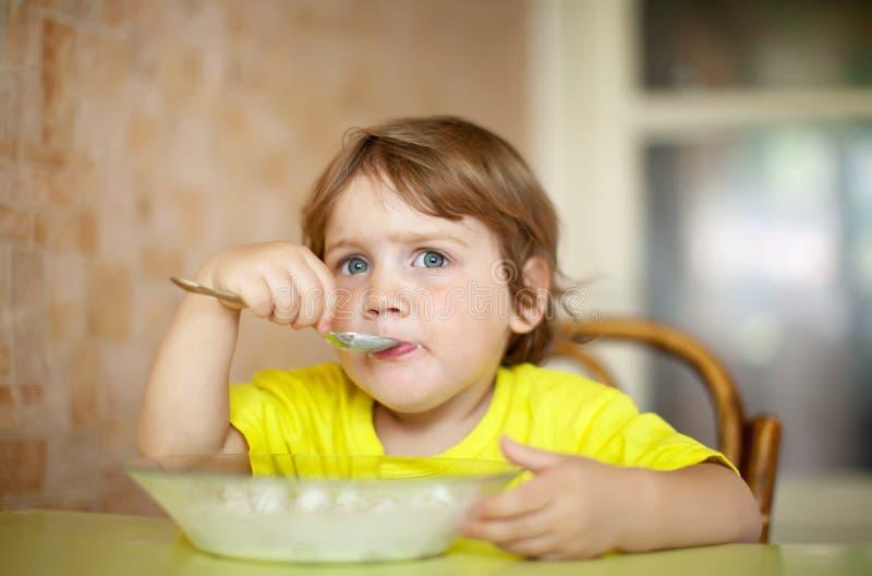 barn 2 äter själva plattaår arkivfoto