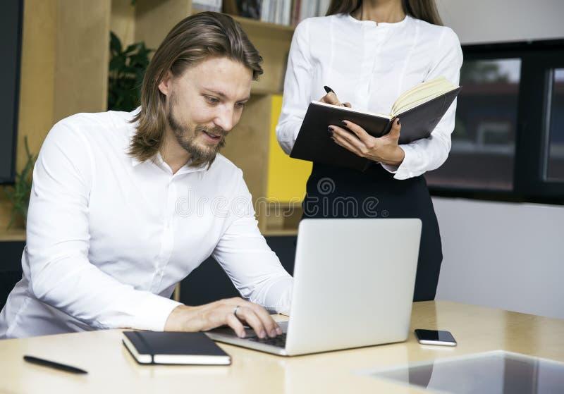 Barn av affärsfolk på mötet som diskuterar idéer i royaltyfri bild