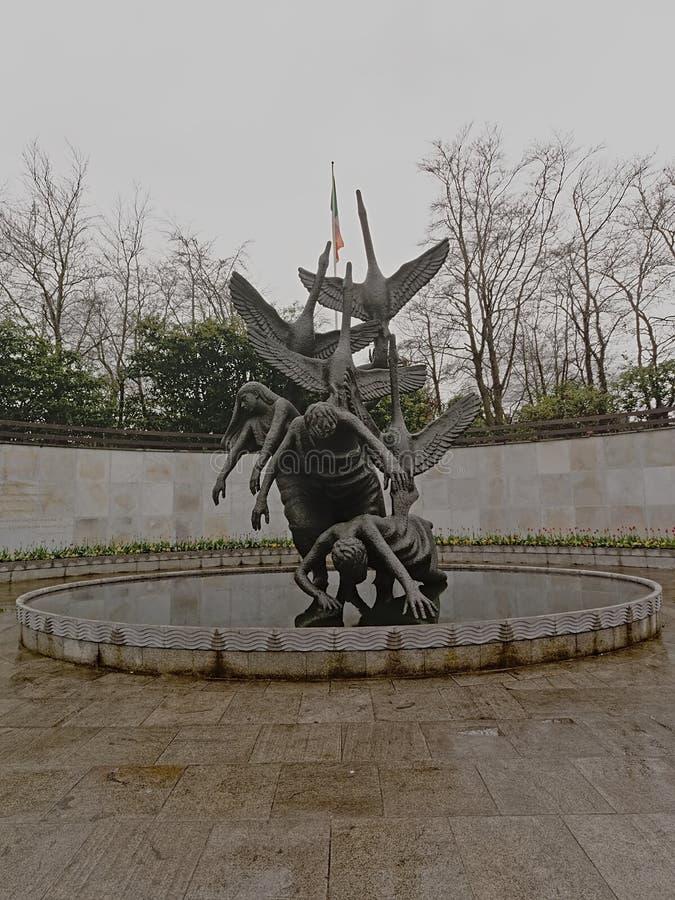 Barn av den Lir statyn i trädgården av minnet, Dublin, fotografering för bildbyråer