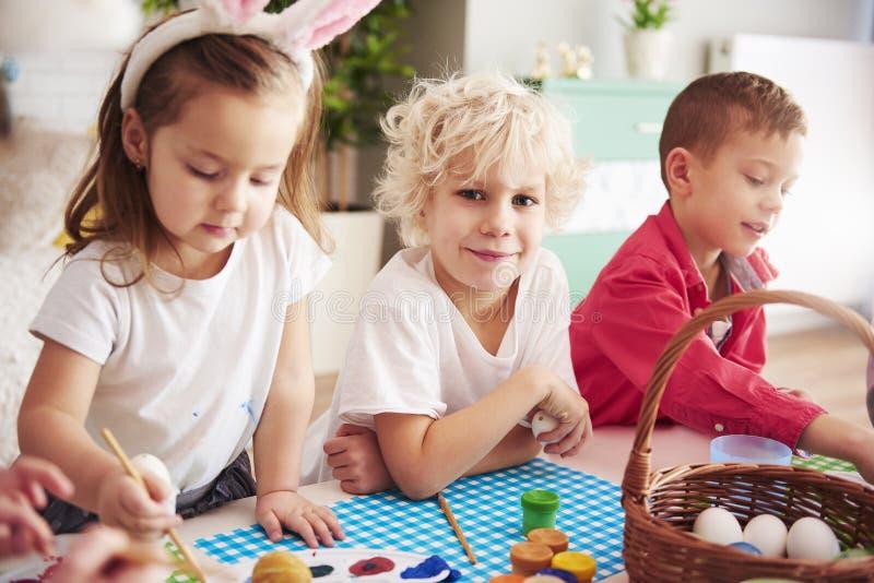 Barn börjar dekorera påskägg arkivbild