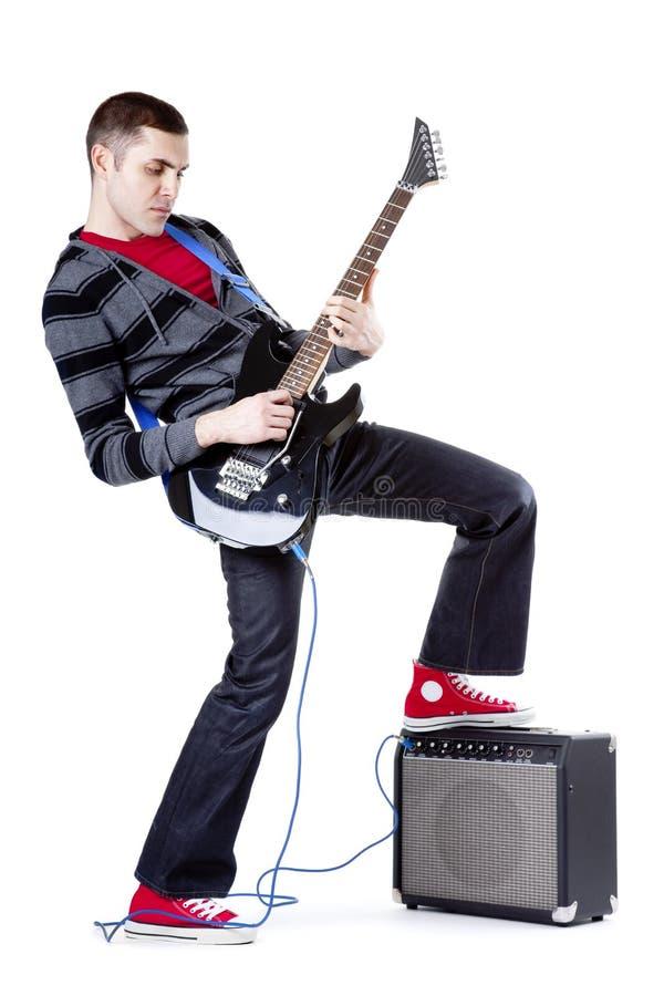 Barn bemannar den leka gitarren över vitbakgrund arkivfoton