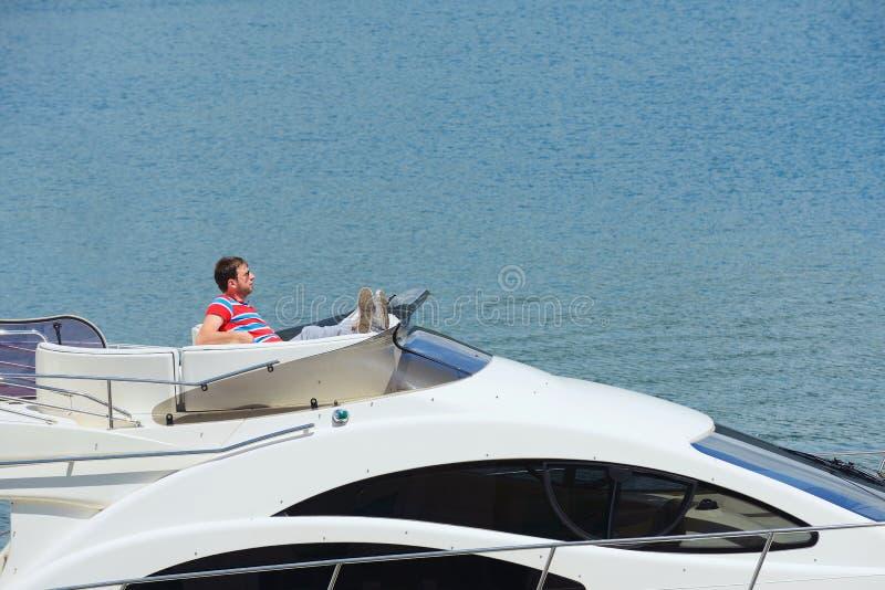 Barn bemannar på yachten arkivfoton