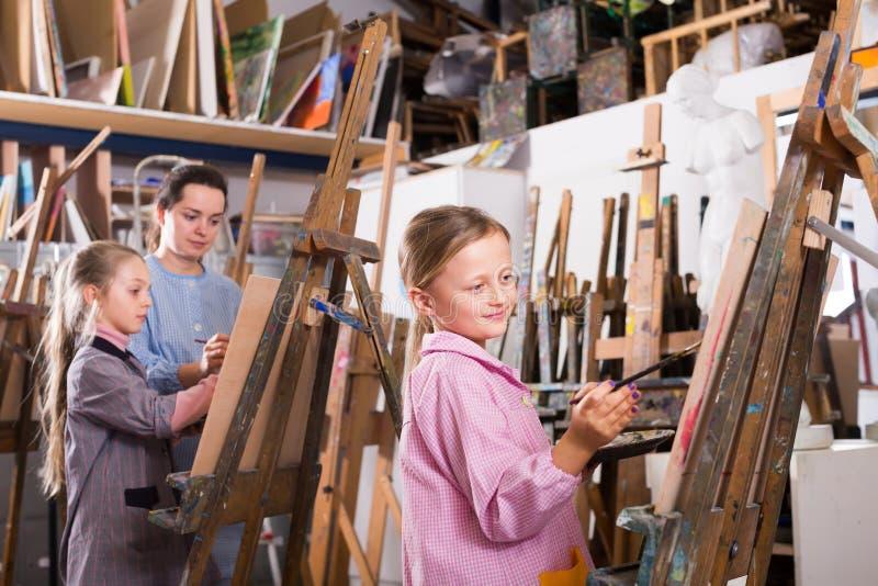 Barn drar arbetsamt kursen royaltyfri foto