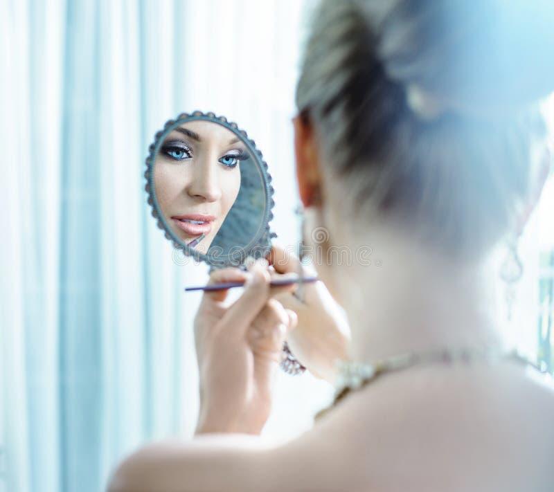 Barn elegant dam som gör en makeup arkivbild