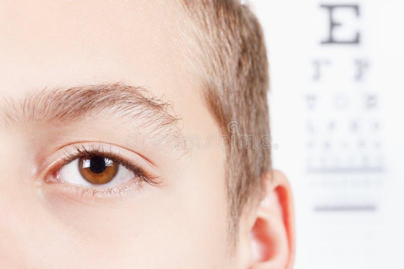 Barn en ögonläkare Stående av en pojke royaltyfria bilder