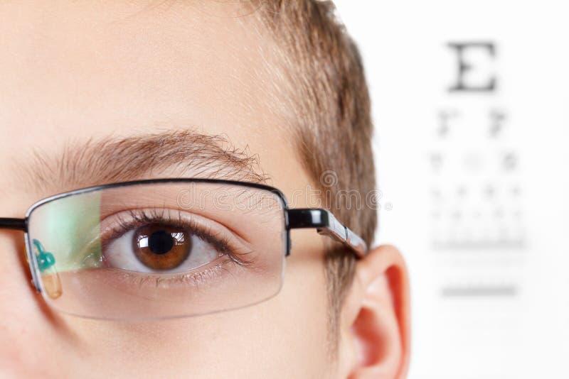 Barn en ögonläkare Stående av en pojke med exponeringsglas royaltyfri bild