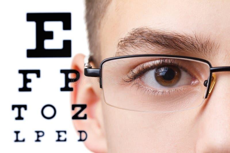 Barn en ögonläkare Stående av en pojke med exponeringsglas arkivbilder