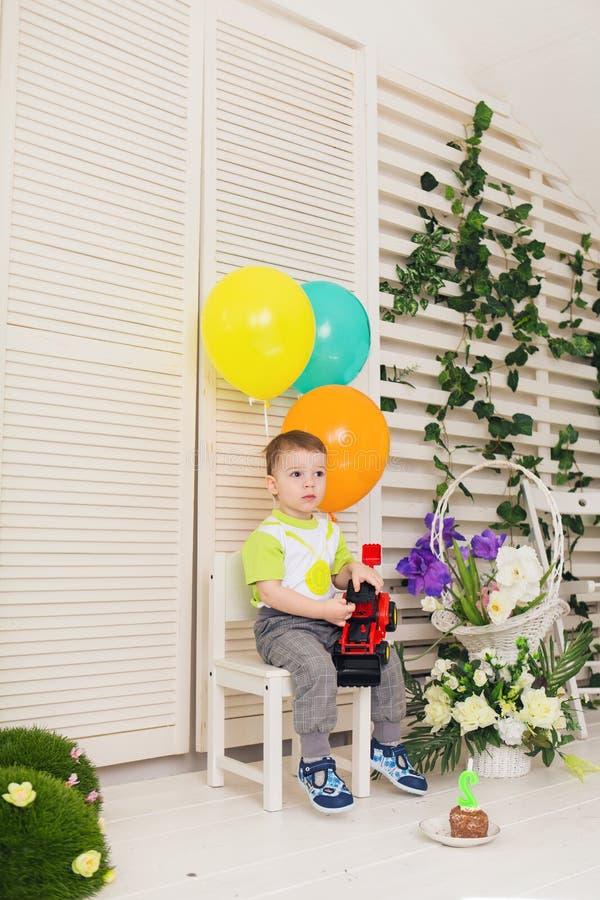 Barn, födelsedagparti och barndombegrepp - pys med ballonger och leksaker inomhus royaltyfria bilder