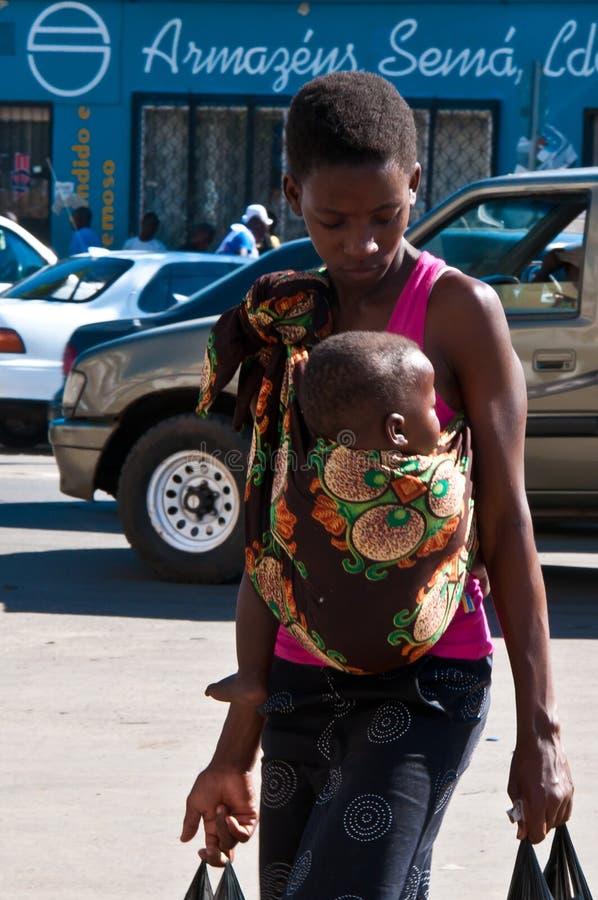 barn för africa barnmoder royaltyfria bilder