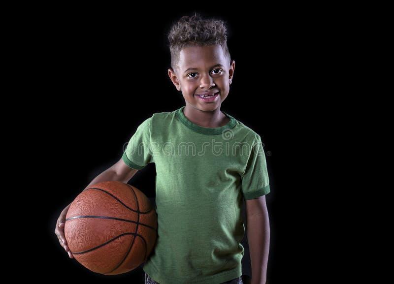 barn för afrikansk amerikanbasketspelare royaltyfri foto