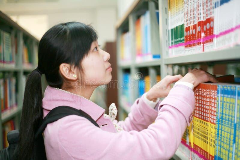 barn för arkivavläsningskvinna arkivfoton