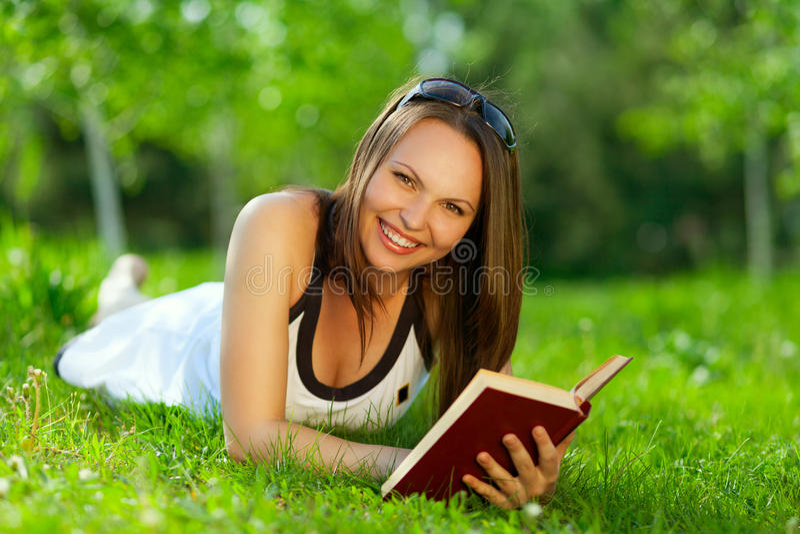 Barn För Bokavläsningskvinna Arkivfoton