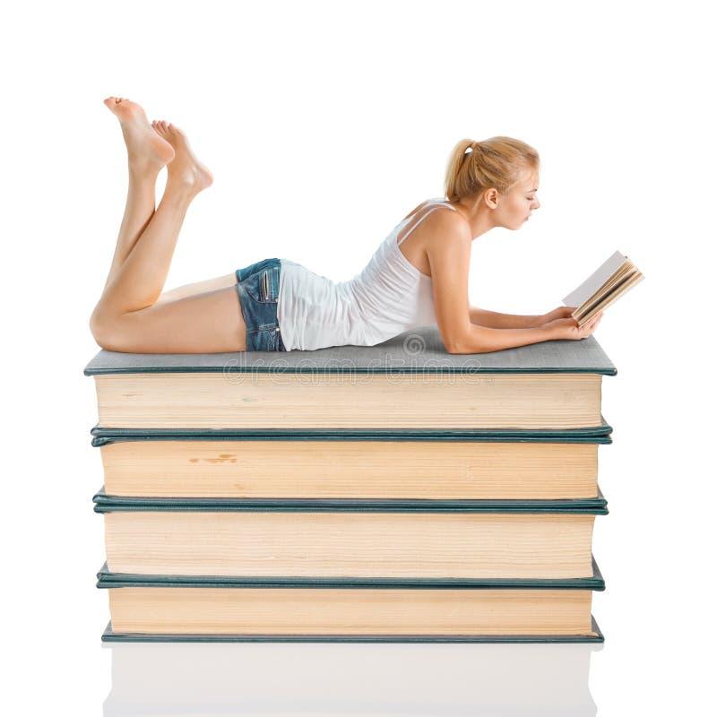 barn för bokavläsningskvinna arkivbilder