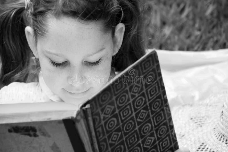 barn för bokflickaavläsning arkivbilder