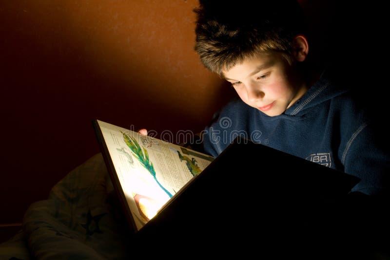 barn för bokpojkeavläsning arkivbilder
