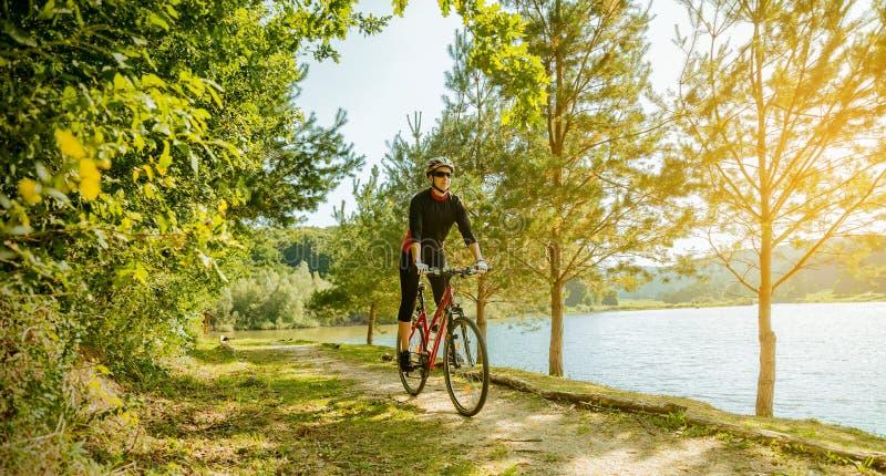 barn för cykelridningkvinna royaltyfria bilder