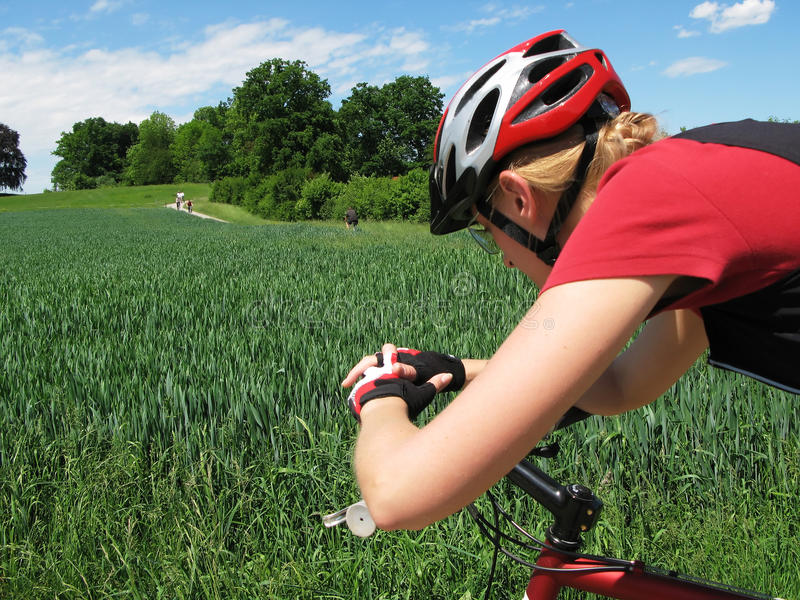barn för cykelridningkvinna arkivfoton