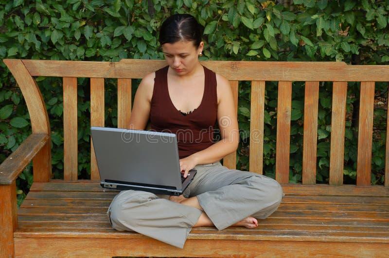 barn för datorbärbar datorkvinna arkivbild