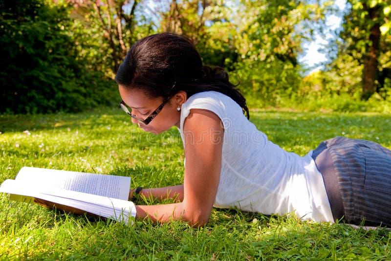 barn för deltagare för skola för bokparkavläsning royaltyfri fotografi