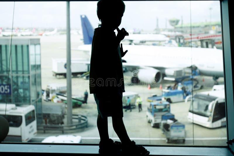 barn för fönster för flygplatsbakgrundspojke royaltyfria foton