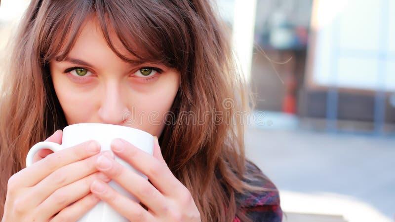 barn för flicka för kaffekopp royaltyfria bilder