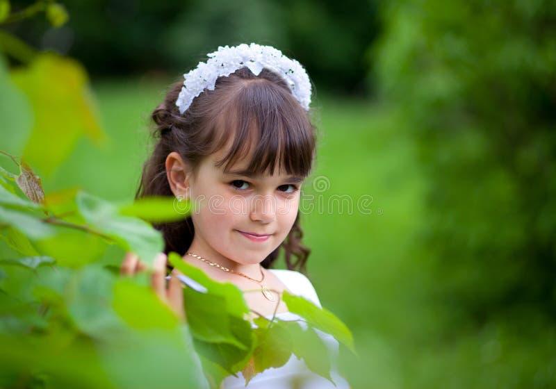 barn för flickaparkstående arkivbild