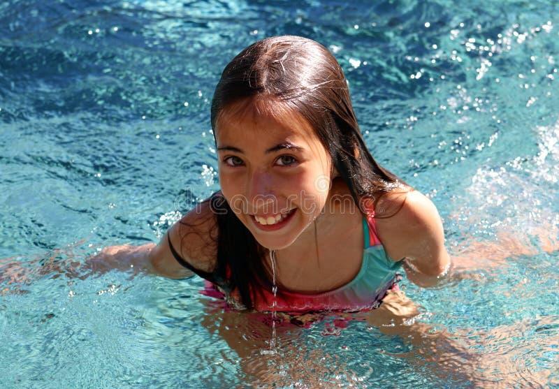 Barn för gröna ögon för liten flicka som spelar på pölen på den tropiska semesterorten i Los Cabos Mexico arkivbilder