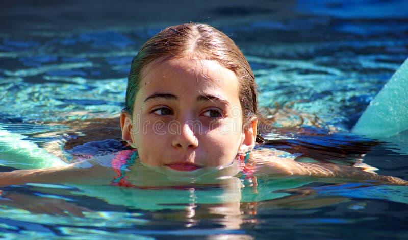 Barn för gröna ögon för liten flicka som spelar på pölen på den tropiska semesterorten i Los Cabos Mexico royaltyfri foto