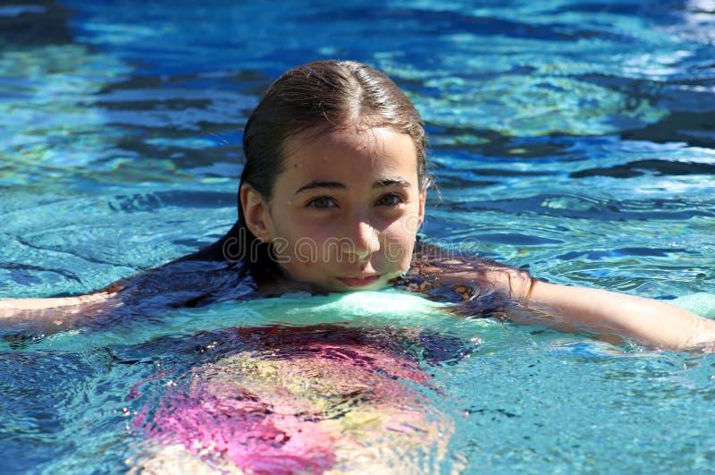 Barn för gröna ögon för liten flicka som spelar på pölen på den tropiska semesterorten i Los Cabos Mexico royaltyfria foton