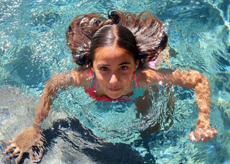 Barn för gröna ögon för liten flicka som spelar på pölen på den tropiska semesterorten i Los Cabos Mexico arkivfoton