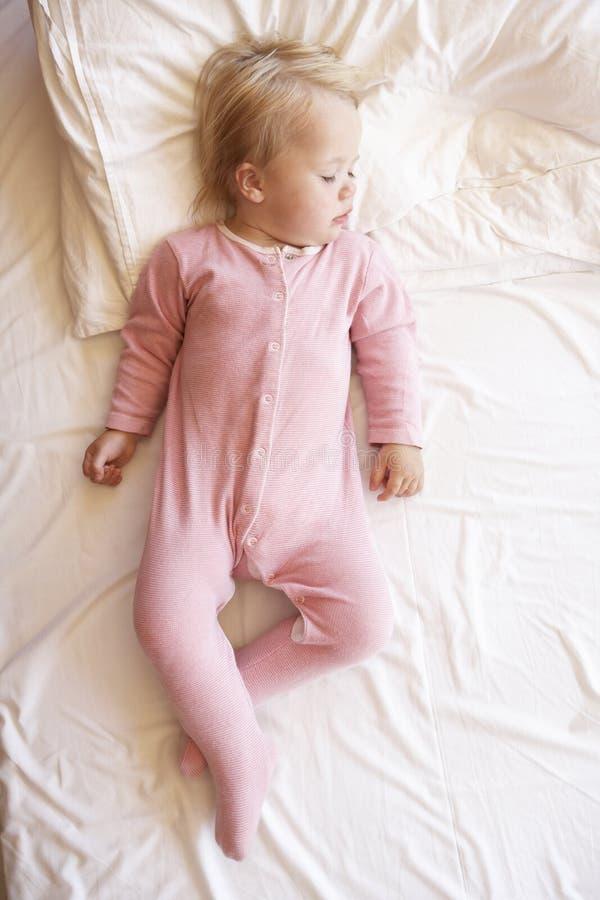 barn för gullig flicka för underlag sinnligt sova royaltyfri fotografi