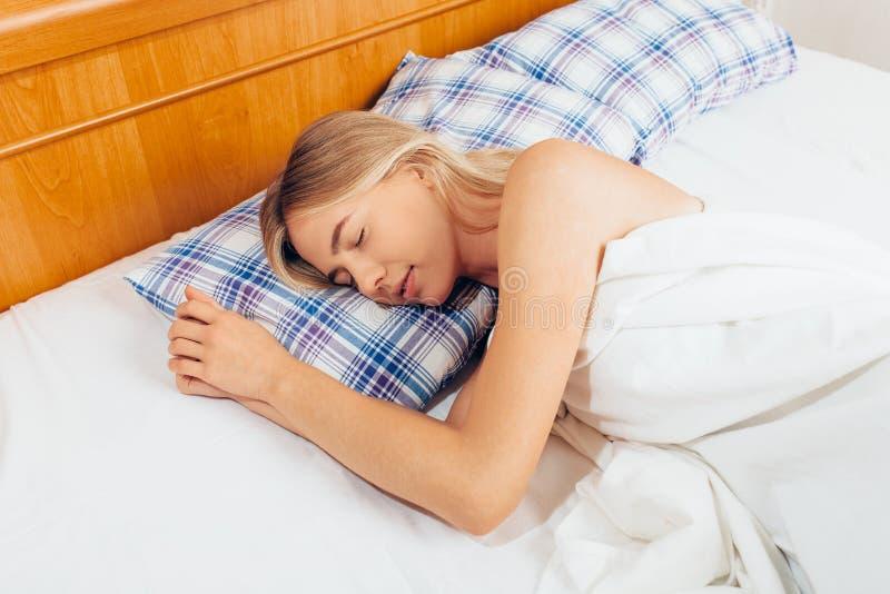 barn för gullig flicka för underlag sinnligt sova Stående av en kvinna som vilar på en com royaltyfria bilder