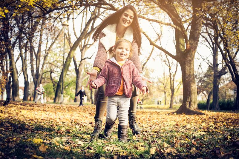 barn för höstdotterdagmamma royaltyfri foto
