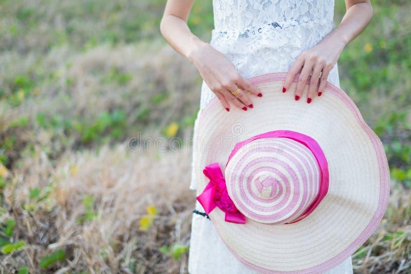 barn för hattholdingkvinna royaltyfria bilder
