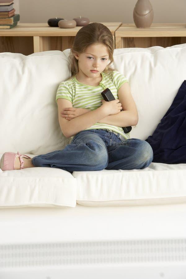 barn för home television för flicka hållande ögonen på arkivbilder