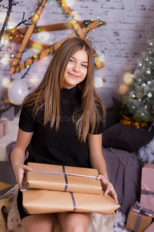 barn för julgåvaflicka royaltyfri fotografi