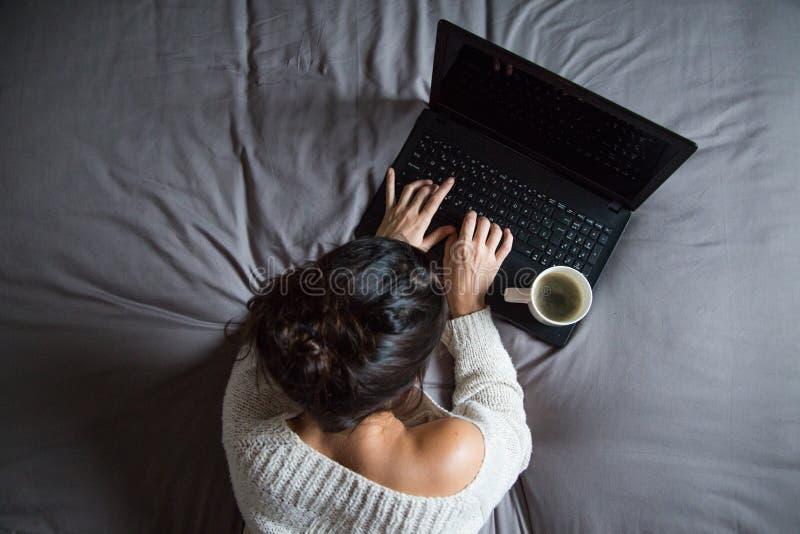 barn för kaffebärbar datorkvinna arkivbild
