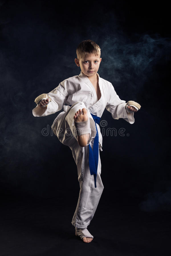 barn för karate för bakgrund pojke isolerat utbildande vitt royaltyfri foto