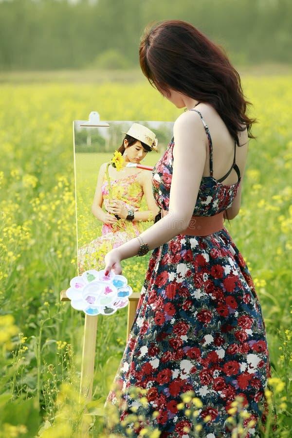 barn för konstnärkvinnligmålning royaltyfri fotografi