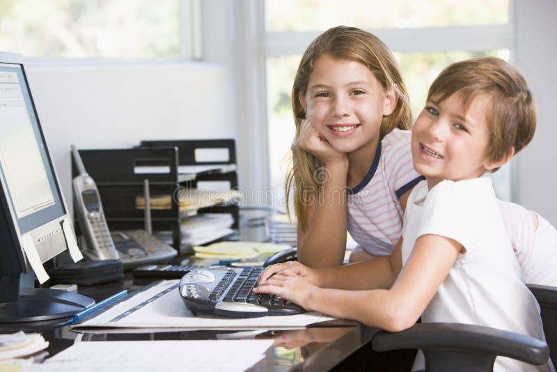 barn för kontor för pojkedatorflicka royaltyfria bilder
