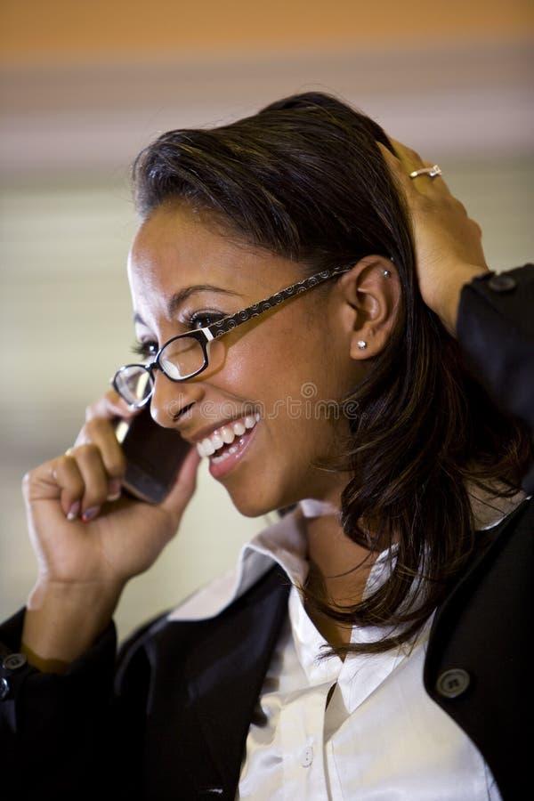 barn för kvinna för afrikansk amerikanmobiltelefon talande royaltyfria foton